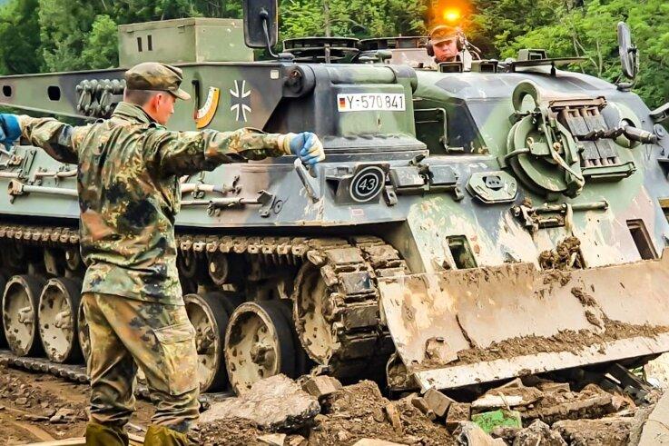 """Die Soldaten beräumen mit Hilfe eines Bergepanzers die Straßen und Wege in Schuld. Viele Straßen seien nicht mehr befahrbar. """"Vor Ort begegnet uns ein Bild von purer Verwüstung"""", schildert der stellvertretende Bataillonskommandeur, Oberstleutnant Gerald Rabe."""