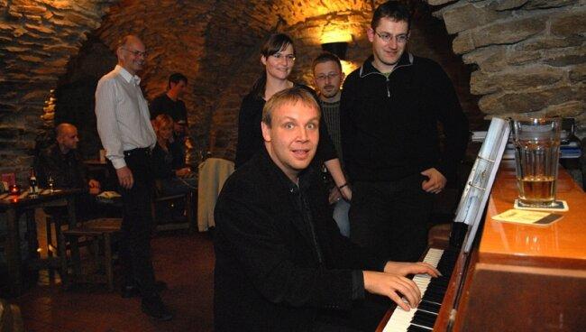 """<p class=""""artikelinhalt"""">Der Dresdner Pianist Matthias Vogel unterhielt mit Swing und Jazz-Standards im Keller der Alten Mensa an der Freiberger Petersstraße die Gäste. </p>"""