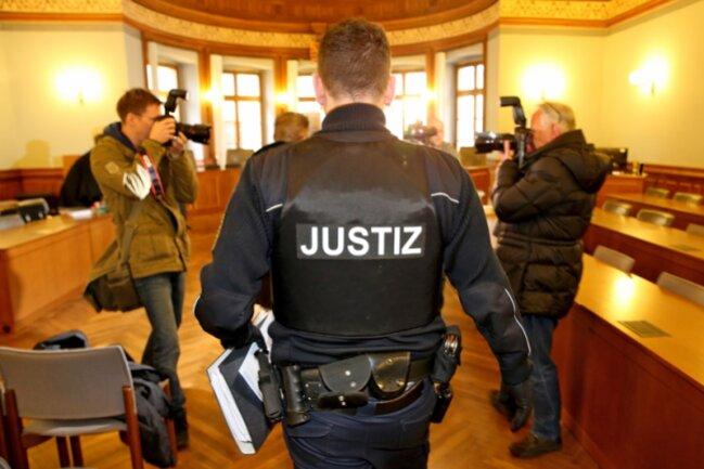 Der wegen Betrugs angeklagte Kreditvermittler Wilfried S. wird zum Prozessauftakt ins Landgericht Leipzig geführt.