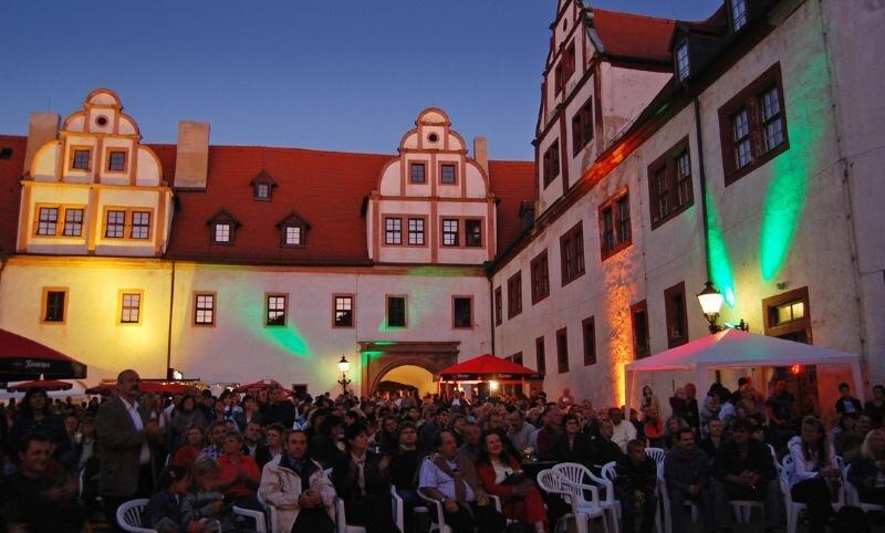 """<p class=""""artikelinhalt"""">Im Glauchauer Schlosshof wurde es beim Irish-Folk-Festival richtig eng. </p>"""