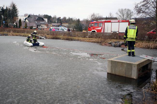 Bei der Rettungsaktion kam ein Schlauchboot zum Einsatz.
