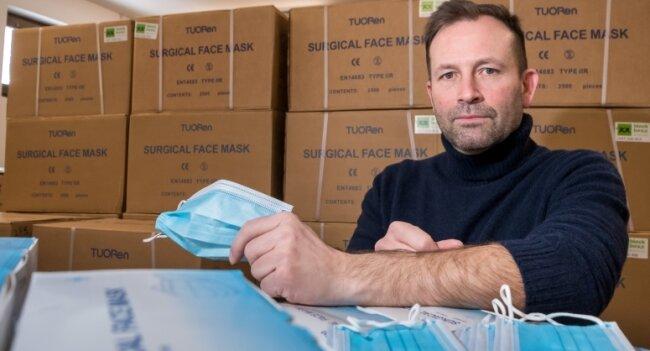 Masken, Masken, Masken: Unternehmer Andreas Voigt in Kühnhaide sitzt auf rund zwei Millionen medizinischen Masken.