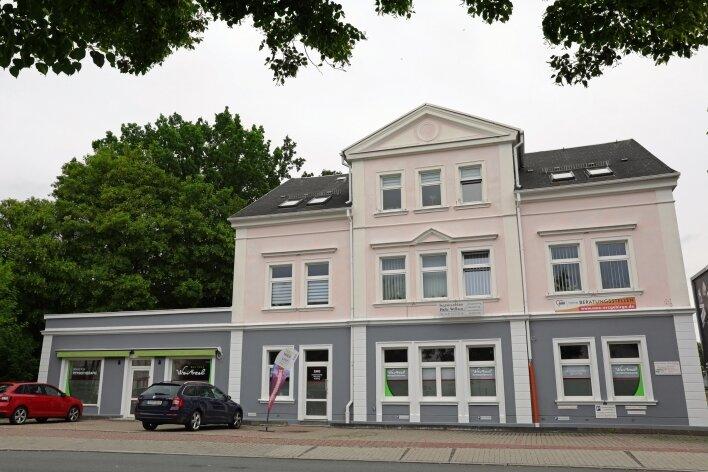 Grünhainer Straße 2 in Schwarzenberg. Vor mehr als 140 Jahren als Wohn- und Geschäftshaus anstelle eines bescheidenen Vorgängerbaus errichtet, hat es eine wechselvolle Geschichte hinter sich. Da es an einen Hang gebaut wurde, wirkt die Rückfront wuchtiger als die Ansicht von vorn.