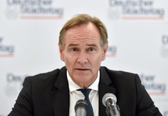 Burkhard Jung, Präsident des Städtetages, spricht während einer Pressekonferenz.