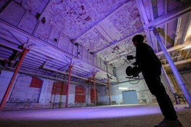 """Die Berliner Künstlerin Ulrike Mohr bei einem Lichttest für ihre Installation für das Kunstprojekt """"Wechselräume"""" in der alten Gießerei an der Gießerstraße. Es ist am Samstag und Sonntag vor Ort und online zu sehen."""