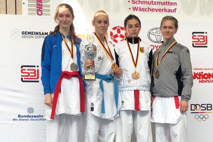 Barfuß aufs Treppchen: Selina Fabian (r.) vom Karate-Do Rochlitz gewann bei der Deutschen Junioren-Meisterschaft in Ludwigsburg Bronze. Besonders der Kampf um Platz 3 war dabei nervenaufreibend.