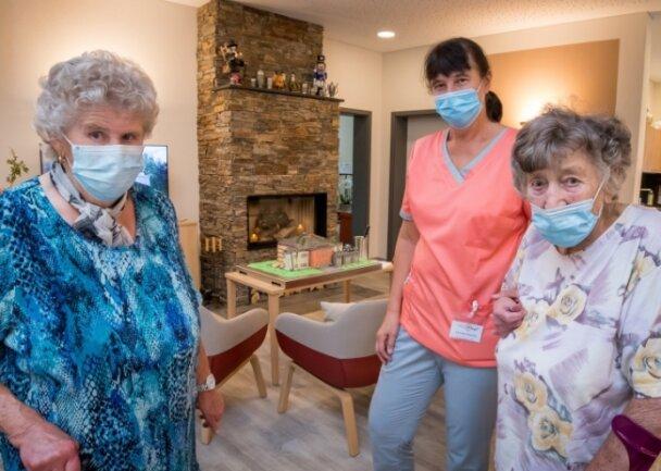 Beim Rundgang durch das Haus führte Christine Haustein (M.) unter anderem Waltraud Körner (l.) und Brunhilde Igel durch die Tagespflege.