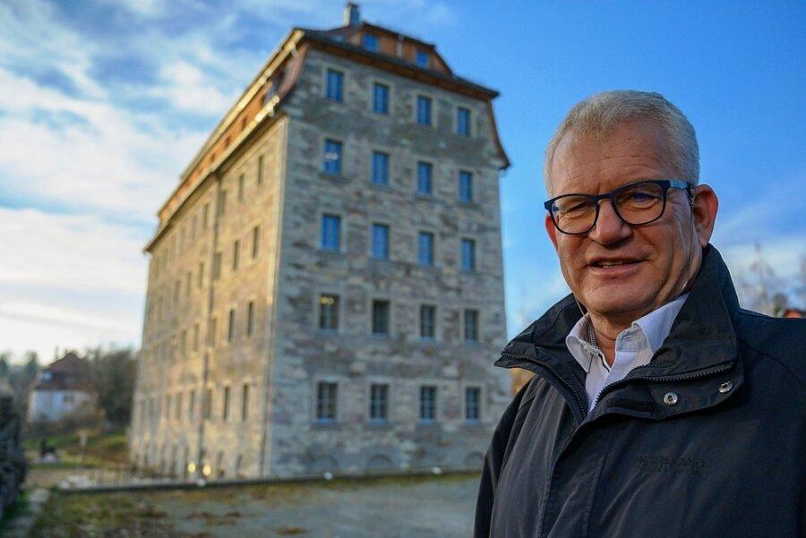 Jens Trepte vor dem Firmengebäude, einer ehemaligen Spinnmühle und späteren Möbelfabrik.