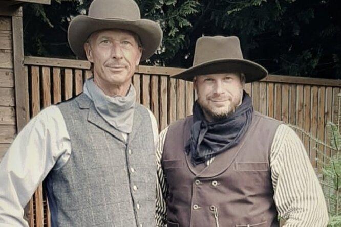 """Tonio Werl (r.) und Andreas Hofmann wollen die Westernstadt """"Old Miners Creek"""" 2022 bei Geyer eröffnen. Am ersten Oktober-Wochenende stellen sie das Projekt bei Wild-West-Tagen vor."""