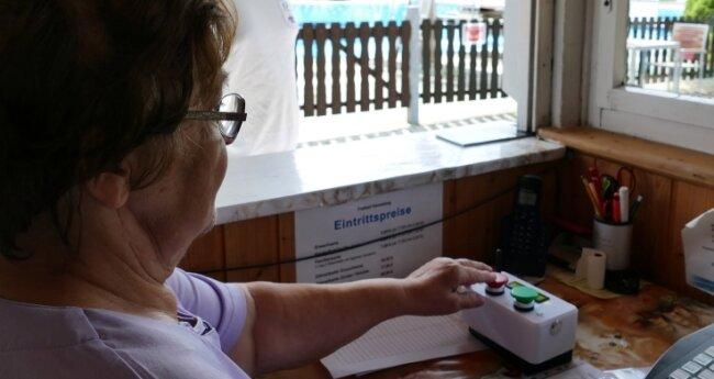 Dank der neuen Technik reicht ein Knopfdruck von Ria Melzer, um die Angaben im Internet auf den neuesten Stand zu bringen.