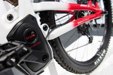 Ins Tretlager integrierte Mittelmotoren sind heutzutage bei Elektrofahrrädern Standard. Ihr Vorteil ist den Herstellern zufolge eine günstigere Gewichtsverteilung und Kraftübertragung. Den Nachteil, dass sich mit ihnen überschüssige Bewegungsenergie nicht in Akkustrom zurückverwandeln lässt, wiege das auf, heißt es aus der Industrie.