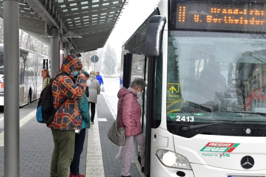 Auf der Freiberger Stadtbuslinie B nach Brand-Erbisdorf (hier beim 11.45-Uhr-Stopp am Montag am Busbahnhof) tourt morgens ein zusätzlicher Bus. Das gleiche gilt für die Linien 750 zwischen Döbeln und Roßwein, 857 (Leisnig - Hartha), 675 (Seifersbach - Mittweida), 650/657/659 (Penig - Lunzenau), 682 (Mittweida - Milkau). Zudem wird auf der Schülerlinie 606 (Rochlitz - Schwarzbach - Königsfeld - Rochlitz) morgens ein Gelenkbus eingesetzt.