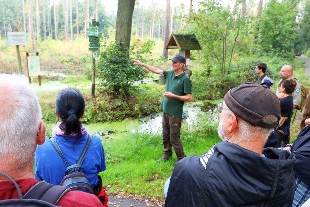 Revierförster Stephan Stange informierte auf der Exkursion durch den Werdauer Wald über Waldumbau und integrierten Naturschutz.