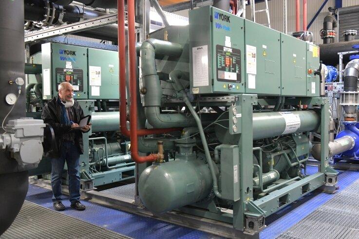 Thomas Richter ist als Technischer Leiter auch für die Anpassung der Gebäudetechnik zuständig. Hier checkt er die Zentrale für Kälte und Lüftung.