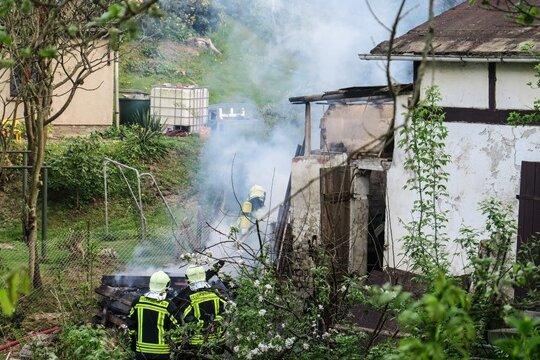 Die Feuerwehr löscht den Gartenlaubenbrand an der Straße der Freundschaft.
