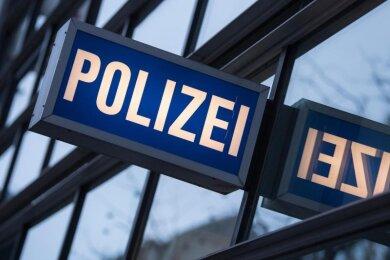 Der Schriftzug «Polizei» ist vor einem Polizeirevier zu sehen.