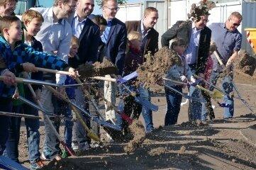 Mit Kindern aus dem Ferienhort vollzogen Behörden- und Bauvertreter den Spatenstich für den Gornauer Breitbandausbau.