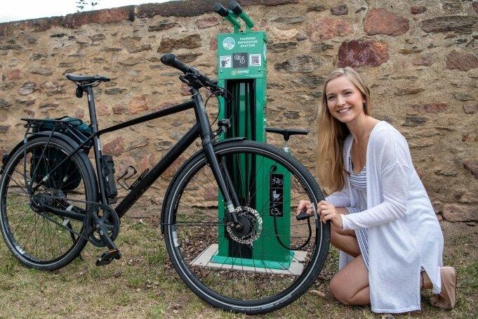 Sophie Weinhold aus Leipzig hat als erste die neue Fahrrad-Selbsthilfewerkstatt auf Schloss Rochlitz getestet.