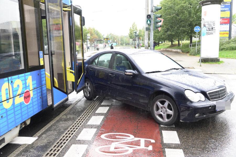 Straßenbahn rammt Mercedes