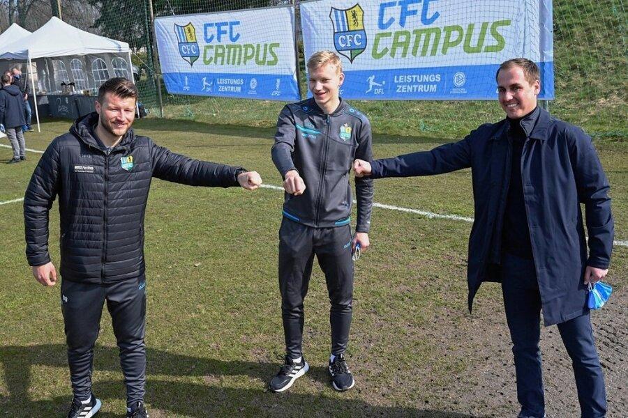 Daniel Berlinski (Cheftrainer der Männermannschaft), Nachwuchsspieler Max Roscher und Marcus Jahn (Leiter des Nachwuchsleistungszentrums, von links) freuen sich über einen weiteren Schritt der Neuausrichtung des Vereins. Der CFC-Campus wurde am Donnerstag eingeweiht.