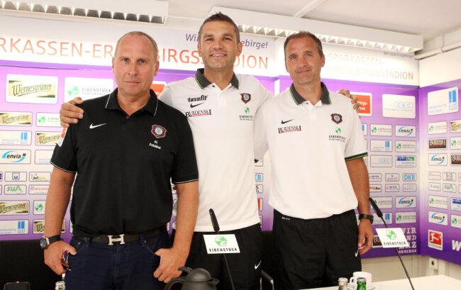 Tomislav Stipic (Mitte), hier mit Co-Trainer Steffen Ziffert und Präsident Helge Leonhardt, ist neuer Coach des FC Erzgebirge Aue.