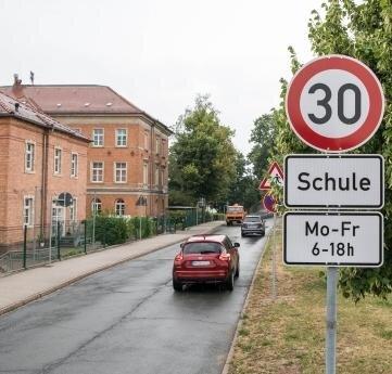 Forderung teilweise erfüllt: An der Peniger Erich-Kästner-Grundschule wurde eine Geschwindigkeitsbegrenzung durchgesetzt. Die Elterninitiative fordert dort zudem einen Fußgängerüberweg.