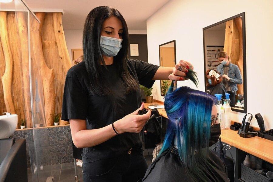Sie befürchtet, dass aufgrund der strengeren Testpflicht künftig noch weniger Kunden ihren Salon B 5 - Hairdesign besuchen: Friseurin Rebecca Elyamany in ihrem Geschäft an der Ammernstraße.