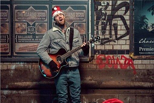 Die Musiker-Karriere von Basti (Luke Mockridge) ist gescheitert. Doch seine Familie und seine Freunde in der fernen Heimat in der Eifel wissen davon (noch) nichts.