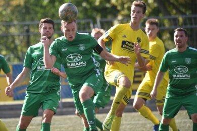 Die Fußballer des VfB Fortuna Chemnitz um Riccardo Gläser (gelb) konnten 4:0 gegen Hartmannsdorf gewinnen und so auf Rang zwei der Tabelle in der Landesklasse, Staffel Mitte, klettern.