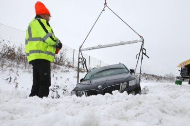 Auf dem Autobahnzubringer bei Lobsdorf musste dieser Škoda aus dem Straßengraben gehievt werden. Der Fahrer blieb unverletzt.