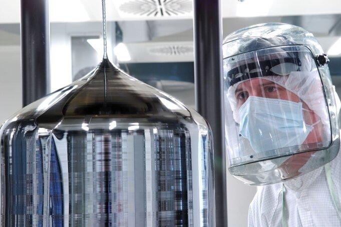 Im Freiberger Werk der Siltronic AG werden Silizium-Einkristalle gezogen und zu dünnen Scheiben - sogenannten Wafern - verarbeitet.