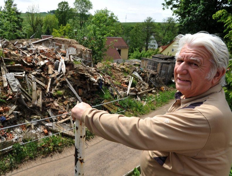 """<p class=""""artikelinhalt"""">Anwohner Günther Hunger zeigt auf die Hausruine am Oberer Engen. Inzwischen lagern Leute auf dem Schuttberg ihren Müll ab. Dieser zieht die Ratten an.</p>"""