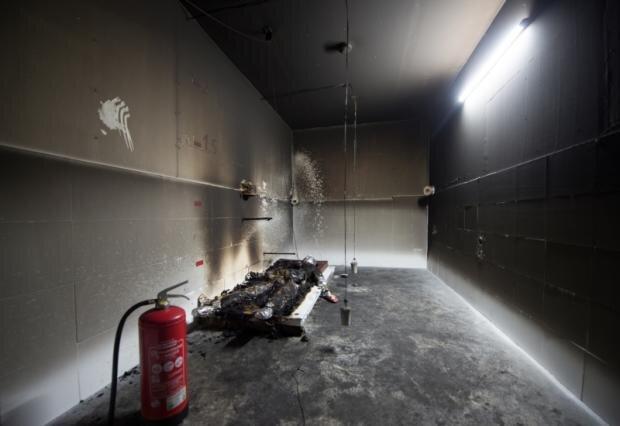 Schmiedeberg im Osterzgebirge am 18. August 2016: In diesem Raum wurde der Feuertod des Afrikaners Oury Jalloh nachgestellt. Der mit Sensoren, Schweinehaut und Fett versehene Dummy ist nach dem Brandversuch noch in Teilen erhalten. Passte das Ergebnis nicht ins Bild der Ermittler?