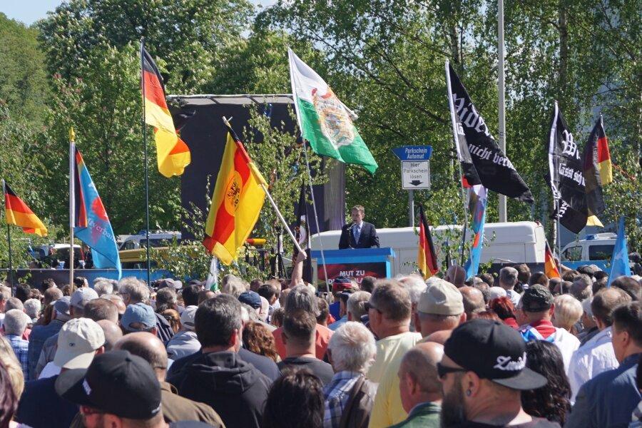 Mehrere hundert Sympathisanten verfolgten die Rede von Björn Höcke, Fraktionsvorsitzender der AfD in Thüringen.