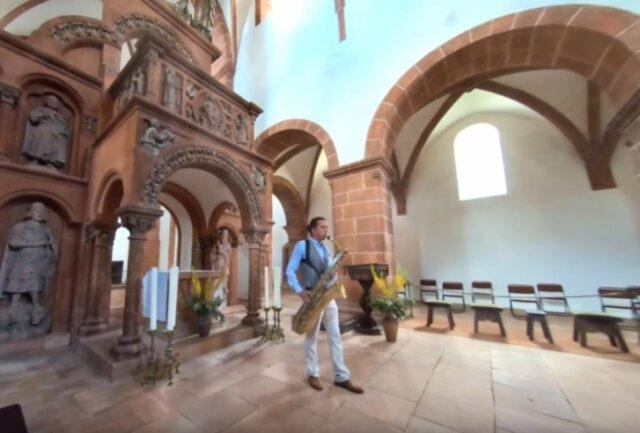 Der Berliner Musiker Gert Anklam beim Saxofonspiel in der Wechselburger Basilika. Umkreist wird er dabei von einer Drohne. Das fertige Video steht bereits im Internet.