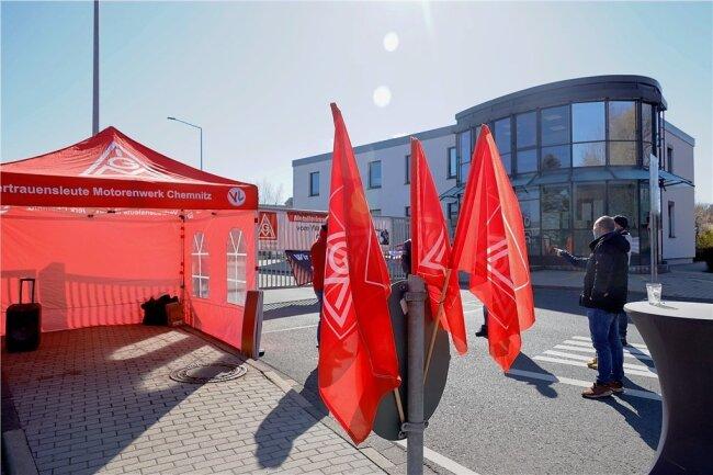 24-Stunden-Warnstreik unter Corona-Bedingungen am Montag im VW-Motorenwerk.