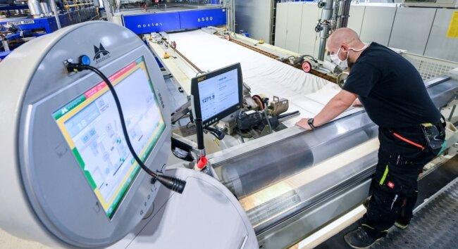 Danny Jost, Spannrahmenführer, überwacht in der Produktion des Textilveredlers Pro4tex eine Textilmaschine.