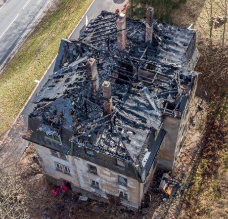 Acht Stunden lang sind gut 100 Feuerwehrleute der Region im Einsatz gewesen, um das Feuer in einem leerstehenden Haus zu löschen, das den Dachstuhl komplett zerstörte.