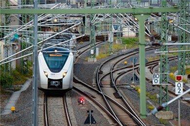 Unterwegs auf der Sachsen-Franken-Magistrale: Ein Zug verlässt den Hauptbahnhof Chemnitz. Bis Hof kann elektrisch gefahren werden.