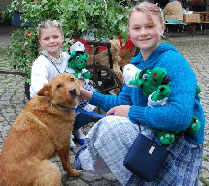 """<p class=""""artikelinhalt"""">Lisa-Marie und Sarah-Sophie Meiner (r.) - im Bild mit Mischlingshund Stromer - haben den Hof der Familie Uhlmann in Mühlau vor einem Großbrand bewahrt. Dort fand am Sonntag ein gut besuchtes Fest statt, wo 80 Landwirtschaftsmaschinen zu sehen waren. </p>"""