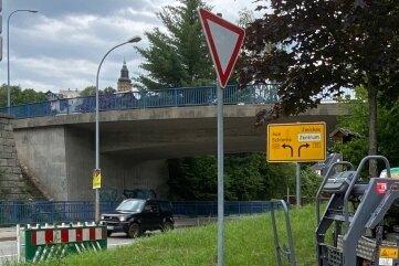 Baumaschine und Absperrung stehen schon bereit. Am Montag starten die Arbeiten im Bereich der Werner-Kempf-Brücke.