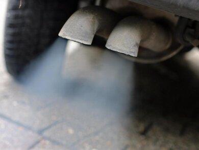 Abgase strömen aus dem Auspuff eines Fahrzeuges mit Dieselmotor.