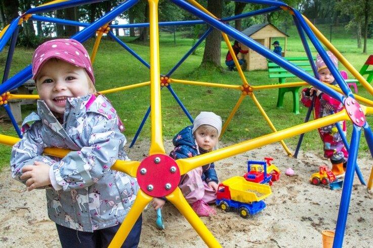 """Noch ist der Garten provisorisch hergerichtet. Aber bald soll es für die Kinder im """"Spatzenstübchen"""", einer Außenstelle der Augustusburger Kita """"Spatzennest"""", eine neue Freifläche geben."""