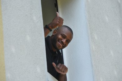 """Interview am Fenster: Weil Virgil Matthews nach seiner Rückkehr aus den USA erst einmal seine Wohnung nicht verlassen durfte, war das Gespräch mit """"Freie Presse"""" ein schöner Zeitvertreib."""