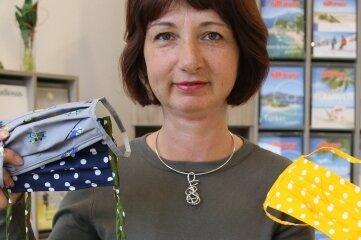 Jacqueline Schäfer hat nach vielen Jahren die Nähmaschine aufgestellt und näht Masken für ihre Kunden.