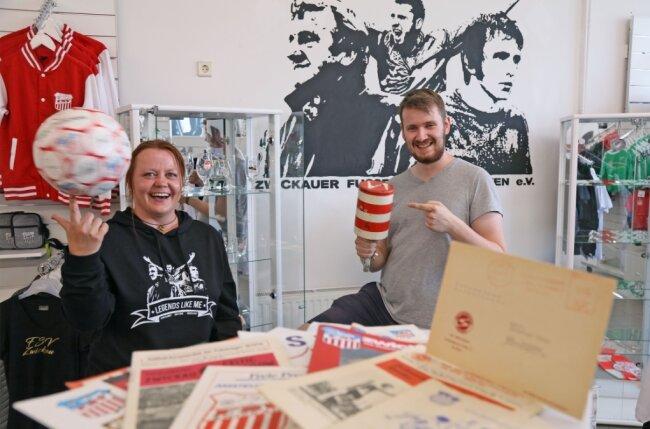 Kathrin Maneke und Chris Scheundel beim Aufbau der Ausstellung im FSV-Fanshop. Der Vereinsvorsitzende zeigt eine zu DDR-Zeiten gefertigte Rassel von Zwickau-Fan Kurt Mehlhorn.