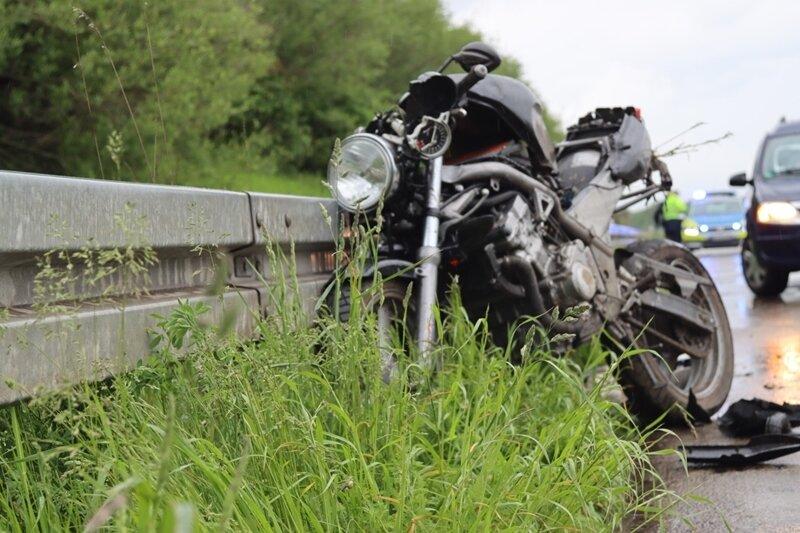 Unfall auf der A4: Biker prallt gegen Leitplanke