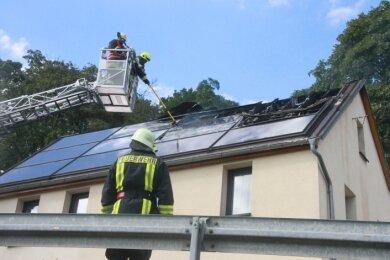 Bei dem Brand wurde der Dachstuhl eines Mehrfamilienhauses samt Solaranlage in Mitleidenschaft gezogen.