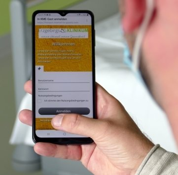 Mit dem Handy können sich die Patienten einloggen.