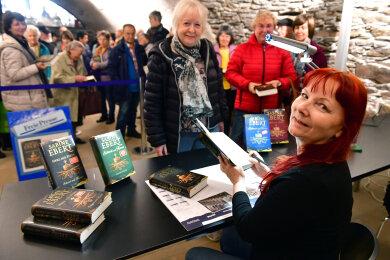 """Signierstunde mit Sabine Ebert in der Tonne der Freien Presse Freiberg. Als erste Leserin bat Ursula Jendreyko aus Oederan um einen Eintrag in den aktuellen Roman """" Schwert und Krone- Herz aus Stein """""""